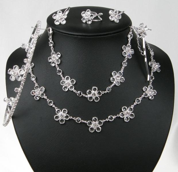 Souprava se šperky bižuterie - náhrdelník + naušnice s klapkou + náramek + pérko (Souprava se šperky bižuterie - náhrdelník + naušnice s klapkou + náramek + pérko + korunka do vlasů + prstýnek)
